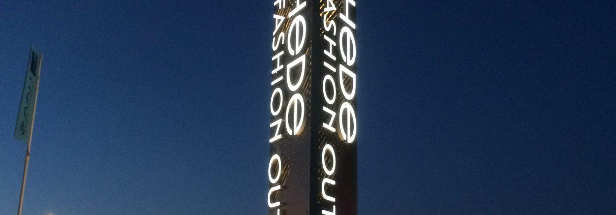 Pylonskylt vid Hede Fashion Outlet